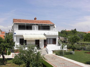 Apartamenty Kuce - 150m from the beach with parking: SA1(2), SA2(2), A3(4+1) Susica - Wyspa Ugljan